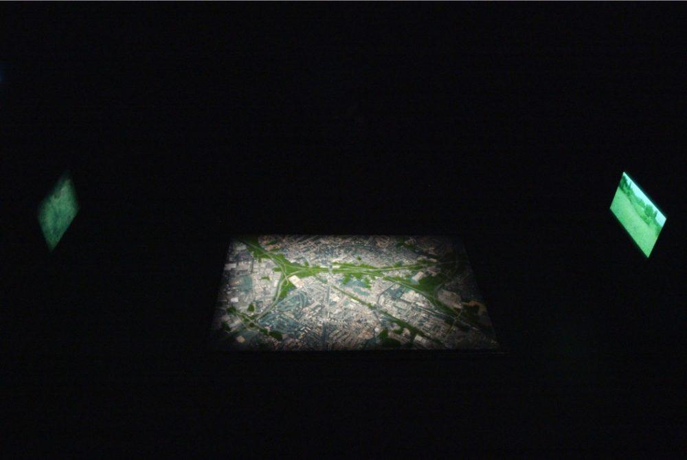 L'HERBE [sur un paysage interstitiel]
